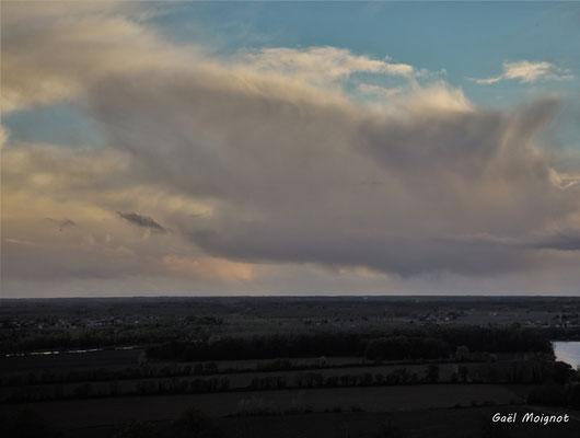 Vue depuis le Haut-Langoiran au soleil couchant. Mercredi 3 avril 2019
