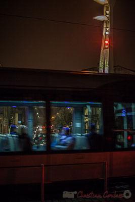 Extérieur nuit, sous la pluie, usagers dans compartiment tramway, ligne C, rue Charles Domercq, Bordeaux