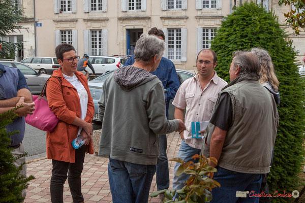 L'occasion de discuter avec les producteurs. Marché bio de Targon, 4 juin 2017, en présence de Christophe Miqueu et Nathalie Chollon-Dulong, candidats la France insoumise aux élections législatives