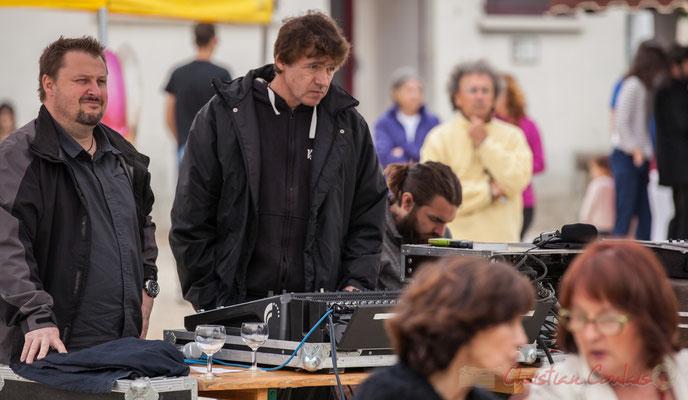 Pablo Jarraute, responsable du son extérieur pendant que Charlotte Leric prépare le concert à Latresne. Festival JAZZ360 2016, Quinsac