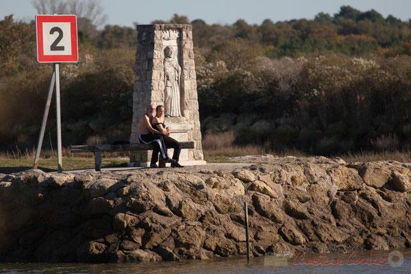 Couple assi à l'entrée du chenal du port d'Audenge, Domaine de Graveyron, espace naturel sensible de Gironde