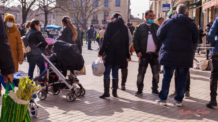 """""""Tu rentres au pays cet été ?"""" Marché Saint-Michel, Bordeaux. Samedi 6 mars 2021. Photographie © Christian Coulais"""