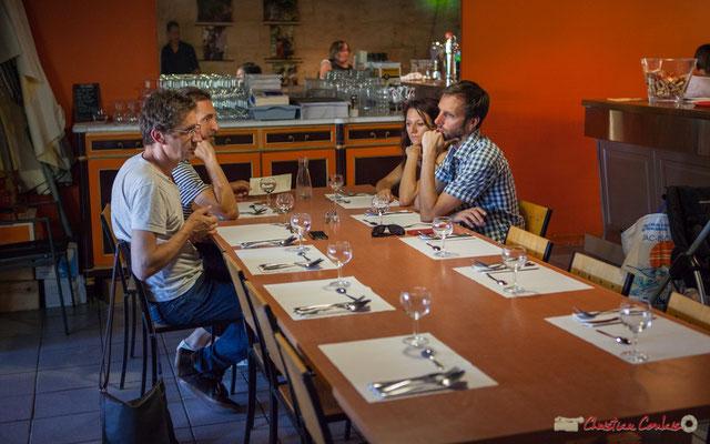 Leila Martial, Christophe Panzani, Tony Paeleman, et l'ingénieur son attendent Anne Paceo pour diner tout en écoutant TSL Trio, Festival JAZZ360, 10 juin 2017, restaurant les Acacias, Cénac