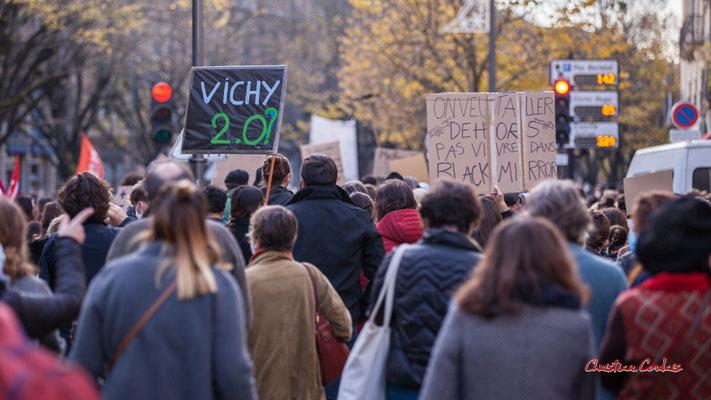 """""""Vichy 2.0 ?"""" """"On veut aller dehors, pas vivre dans Black mirror"""" Manifestation contre la loi Sécurité globale. Samedi 28 novembre 2020, cours Victor Hugo, Bordeaux. Photographie © Christian Coulais"""