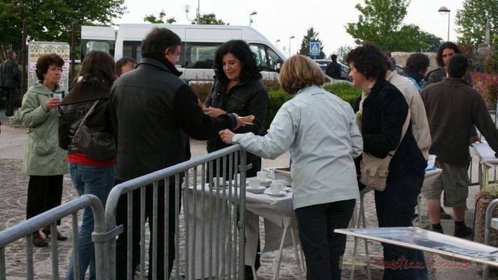 Restauration sur place durant l'entracte entre le Big Band du conservatoire et Fada. Festival JAZZ360 2010, Cénac. 14/05/2010