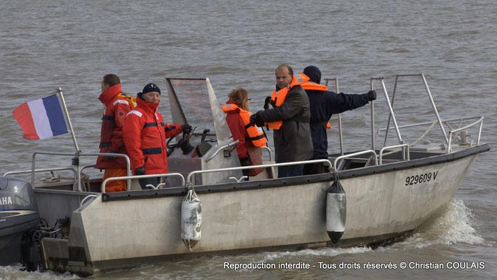 Les responsables de la parade donnent l'autorisation de descendre le fleuve Garonne. Bordeaux, samedi 16 mars 2013