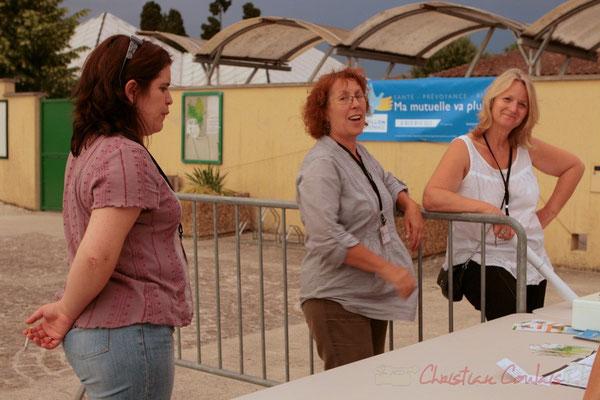 Les bénévoles ne vont pas tarder à ouvrir la salle culturelle (Marianne et Annie Robert, Marie Raducanu). Festival JAZZ360 2011, Cénac. 03/06/2011