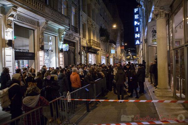 Dès 18h30, la foule s'amasse devant le Fémina pour assister à la réunion électorale de Benoît Hamon. Bordeaux. 1