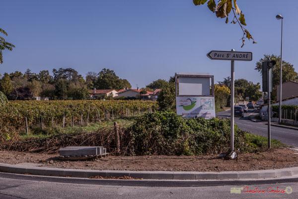 Entrée de l'Avenue du bois des filles, avec en fond le vignoble du Clos Montagne. Cénac, Gironde. 16/10/2017