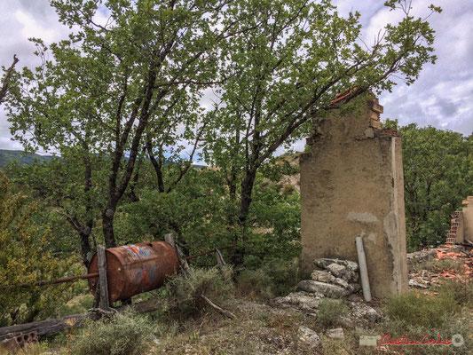 """Maison abandonnée et son """"barbecue"""" en bordure de la NA-2200, à Castillo-Nuevo, Navarra"""