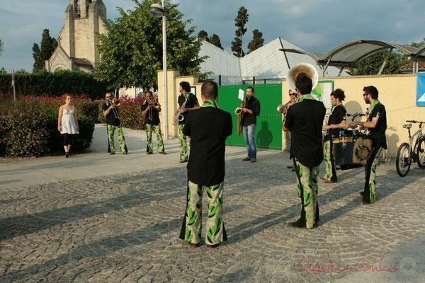 La fanfare Manguidem Taftaf anime l'avant-concert de Roger Biwandu Quintet. Festival JAZZ360 2011, Cénac. 03/06/2011