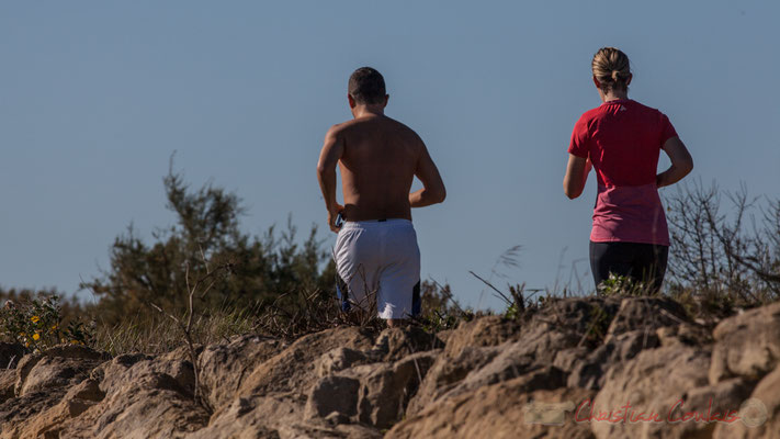 Couple de coureurs sur le sentier du littoral. Domaine de Certes-et-Graveyron, Audenge