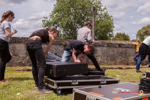 Les musiciens comme Loïc Cavadore et l'équipe technique menée par Charlotte Léric n'ont plus qu'à ranger. Festival JAZZ360 2019, Camblanes-et-Meynac. 08/06/2019