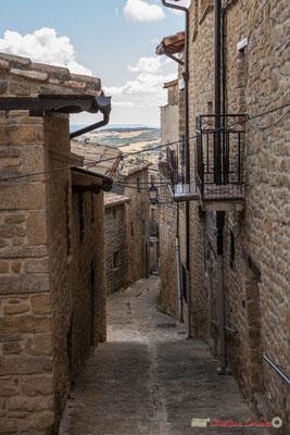 Rues étroites, ruelles, venelles se succèdent dans Ujué, Navarre / Calles callejuelas estrechas, callejones se suceden en Ujué, Navarra