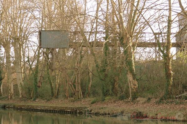 Petit patrimoine ancien, le long du Canal latéral à la Garonne, Damazan