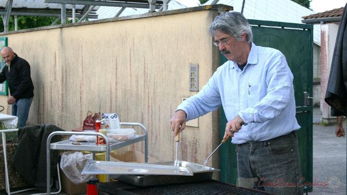 Jean-Paul Robert aux grillades. Entracte entre le Big Band du conservatoire et Fada. Festival JAZZ360 2010, Cénac. 14/05/2010