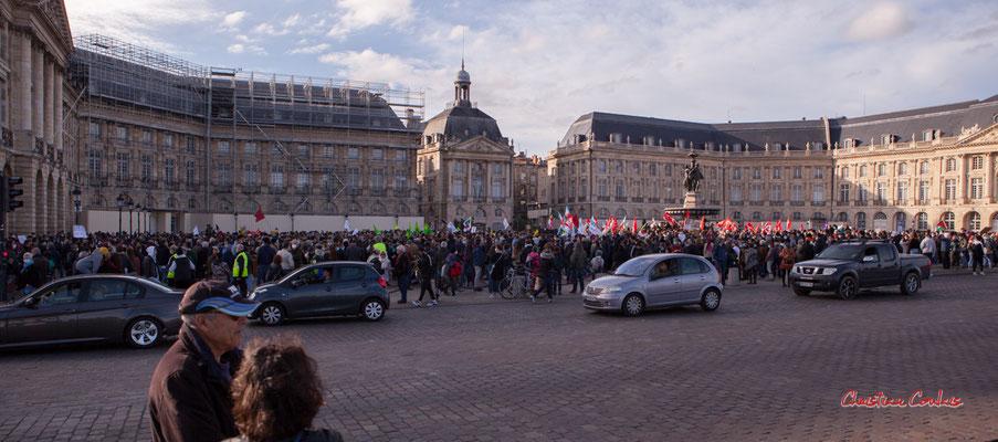 A 6 000 à 7 000 personnes. Manifestation contre la loi Sécurité globale. Samedi 28 novembre 2020, place de la Bourse, Bordeaux. Photographie © Christian Coulais
