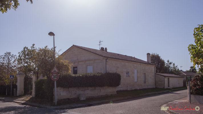 Au centre l'ancienne école des filles, à droite avenue de Guyenne, à gauche avenue de Moutille, Cénac, Gironde. 16/10/2017