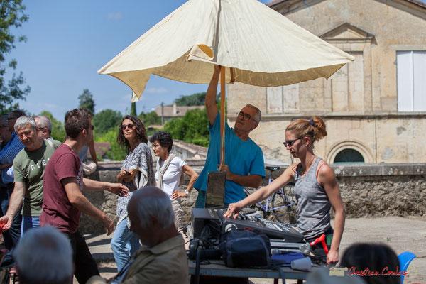 Parasol pour Charlotte Leric et son matériel technique. Tom Ibarra Group. Festival JAZZ360, 10 juin 2017, Camblanes-et-Meynac