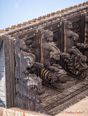 """2/7 Trece modillones representan animales fantásticos, capturando cabezas humanas, flora y frutas exóticas y antecedentes con """"indios"""" y parecen grotescos. Palacio de Ongay-Vallesantoro, Sangüesa, Navarra"""
