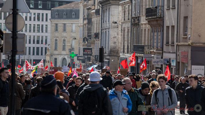 14h21, le cortège a intégré des retardataires qui prennent la manifestation en chemin