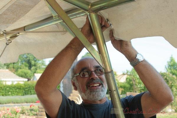 Installation des tentes par les bénévoles (Robert Mensencal). Festival JAZZ360, Les coulisses du Festival à Cénac. 03/06/2011