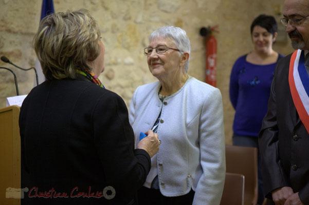 Françoise Cartron se prépare à épingler la Médaille de l'Ordre national du Mérite à Suzette Grel, ce 7 février 2015 à Le Pout