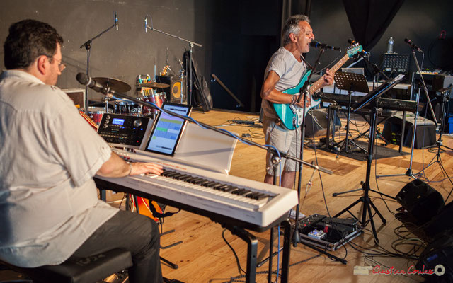 Jean-Pascal Pérales claviers; Jean-Pierre Colonna, guitare; Mist Monkeys. Concert de soutien des Insoumis de la 12ème circonscription de la Gironde. 28/05/2017, Targon