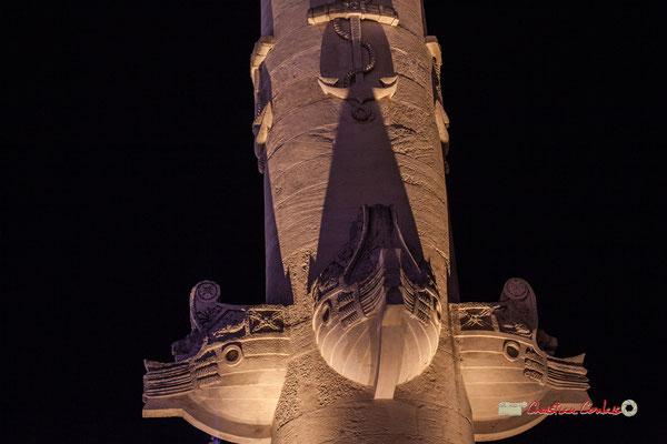1829 : 2 grandes colonnes rostrales, (style néo-classique) , célébrant le Commerce et la Navigation, sont édifiées au bout de l'esplanade des Quinconce côté Garonne.  Bordeaux, 17/10/2018
