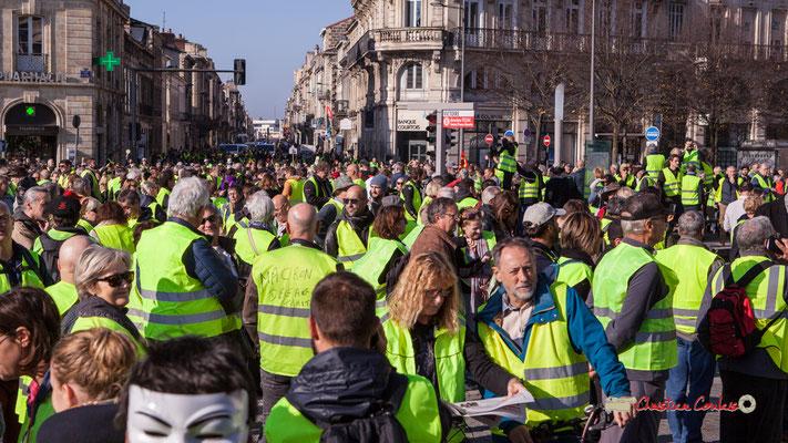 Encore la moitié du cortège cours Aristide Briand. Manifestation nationale des gilets jaunes. Place de la Victoire, Bordeaux. Samedi 17 novembre 2018