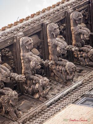 """4/7 Trece modillones representan animales fantásticos, capturando cabezas humanas, flora y frutas exóticas y antecedentes con """"indios"""" y parecen grotescos. Palacio de Ongay-Vallesantoro, Sangüesa, Navarra"""