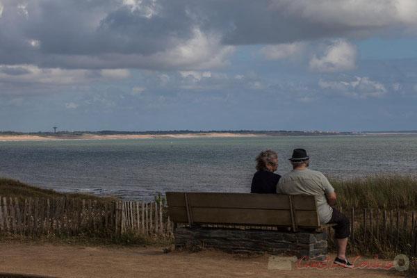 """""""Couple assis face à l'océan"""". Phare de Basse-Terre, Corniche Vendéenne, Vendée, Pays de la Loire"""