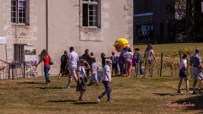 """""""Mascotte Aérocampus"""" Pique-nique au Château de Latresne, l'Aérocampus fête ses 10 ans. Ouvre la voix, dimanche 5 septembre 2021. Photographie © Christian Coulais"""