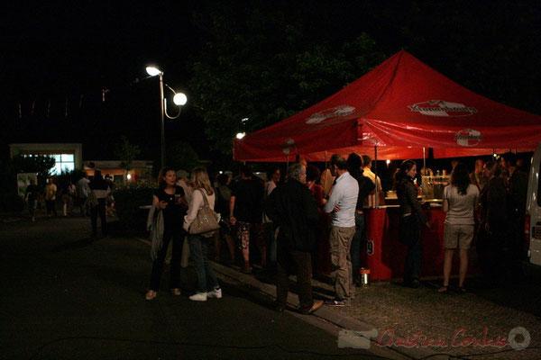 Après-concert de Roger Biwandu Quintet, la buvette est ouverte. Festival JAZZ360, Cénac. Vendredi 3 juin 2011