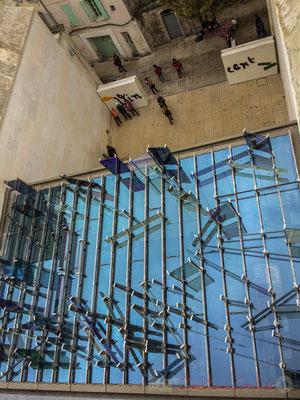 5 Depuis la terrasse supérieure, la maison violette bleue verte jaune orange rouge, 2013, Raphaël Hefti. Fondation Vincent van Gogh, Arles