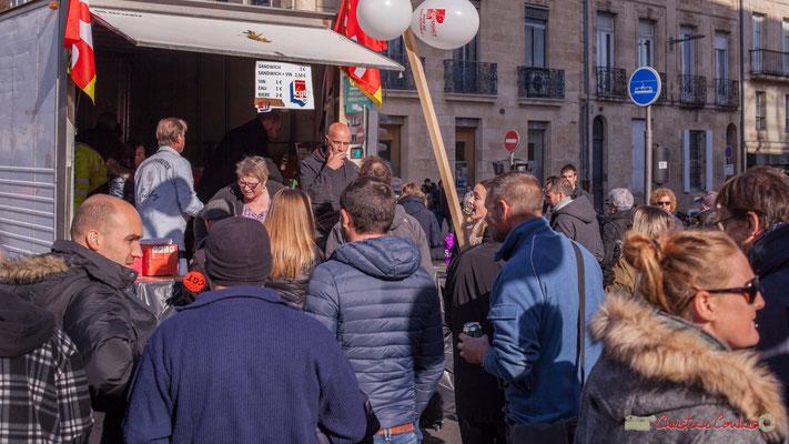 """Camion-buvette CGT """"Sandwich, vin, eau, bière"""" Manifestation intersyndicale contre les réformes libérales de Macron. Cours d'Albret, Bordeaux, 16/11/2017"""