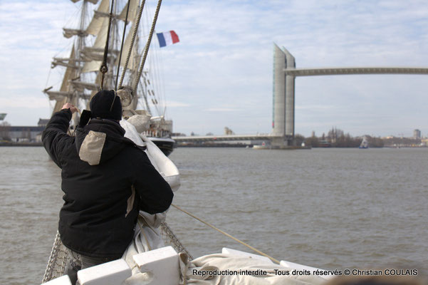 F Le matelot affale le grand foc, de la gabare les Deux Frères, afin de poursuivre a remontée uniquement au moteur, par sécurité. Bordeaux, samedi 16 mars 2013