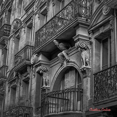 """""""Travailleur esclave de son balcon"""" Quartier Saint-Michel, Bordeaux. Mercredi 24 juin 2020. Photographie © Christian Coulais"""