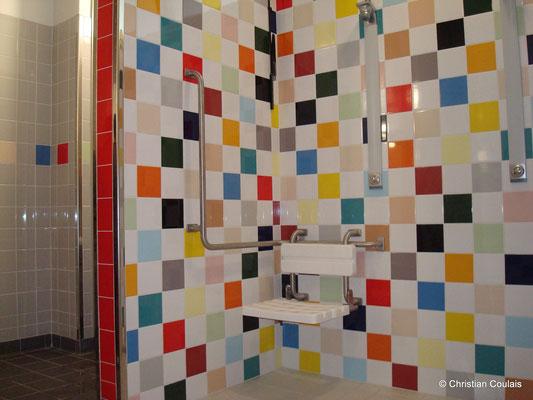 Détail d'une douche, vestiaire du gymnase du collège Camille Claudel. Latresne, Gironde