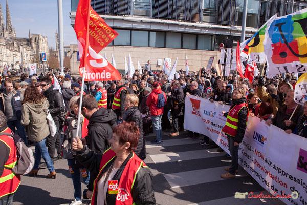 13h55 la manifestation intersyndicale de la Fonction publique/cheminots/retraités/étudiants arrive devant la France insoumise, cours d'Albert, Bordeaux. 22/03/2018
