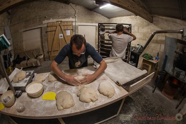 Façonnage du pain au sésame, Ferme du petit baron