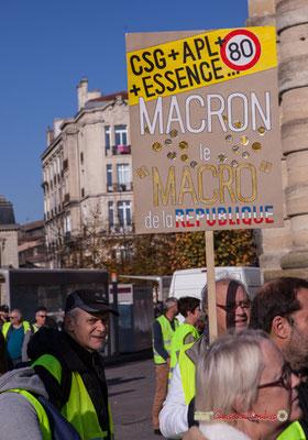 """""""C.S.G.+A.P.L.+80+essence... Macron le macro de la République"""" Manifestation nationale des gilets jaunes. Place de la Victoire, Bordeaux. Samedi 17 novembre 2018"""
