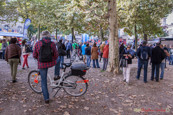 11h16 Arrivée des manifestants au fur et à mesure. Manifestation intersyndicale de la Fonction publique, place de la République, Bordeaux. 10/10/2017