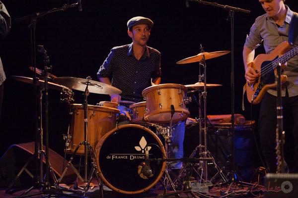 """Curtis Efoua Ela joue sur une batterie """"Bop Bou Mac"""" De France Drums, créée par Sigismond de France, 19/03/2016"""