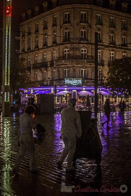 Extérieur nuit, couple chargé sous la pluie, rue Charles Domercq, Bordeaux