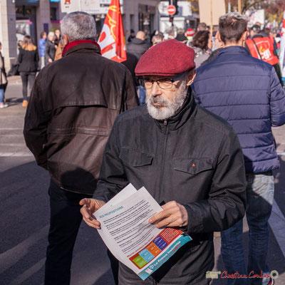 Militant la France insoumise distribuant des tracts. Manifestation intersyndicale contre les réformes libérales de Macron. Cours d'Albret, Bordeaux, 16/11/2017
