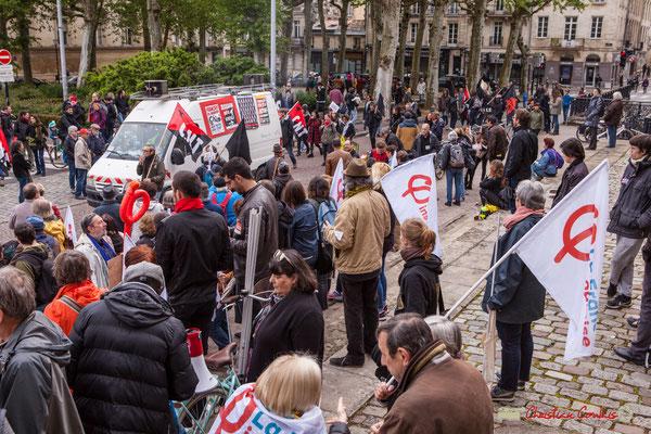 10h06 Arrivée remarquée des mouvements anarchistes en contre-bas du rassemblement de la France insoumise. Place de la République, Bordeaux. 01/05/2018