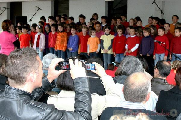 """""""Echanger l'instant présent contre un souvenir numérique"""" Chorale jazz des écoles de la CDC des Portes de l'Entre-Deux-Mers. Festival JAZZ360 2010, Cénac. 12/05/2010"""