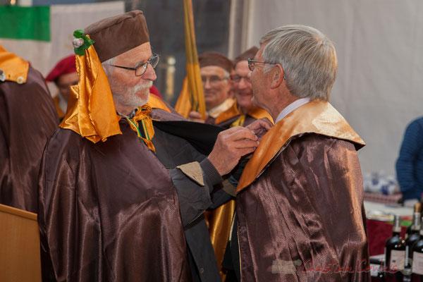 Jean-Marc Rigo remet la cape de la Confrérie de la Cagouille Créonnaise à Maurice Roumage