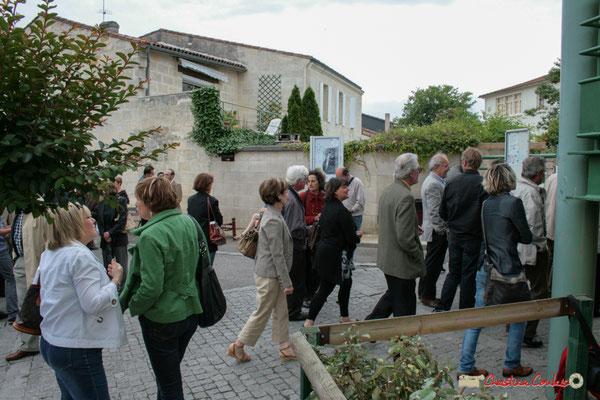 Place au vin d'honneur. Plantation de l'Arbre de la Laïcité, place Camille Gourdon, Créon. Samedi 19 juin 2010